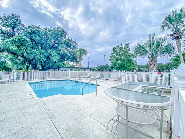 Furnished Studio Apartment 1/2 Mile From Beaches