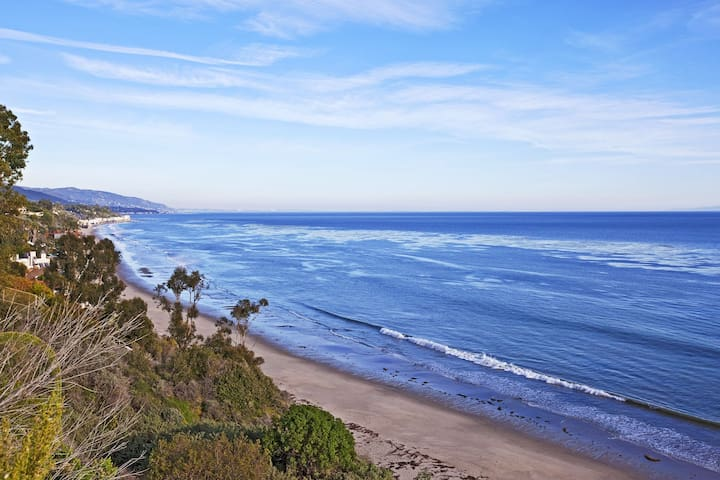 Del Mar, CA hilltop townhouse with ocean breezes