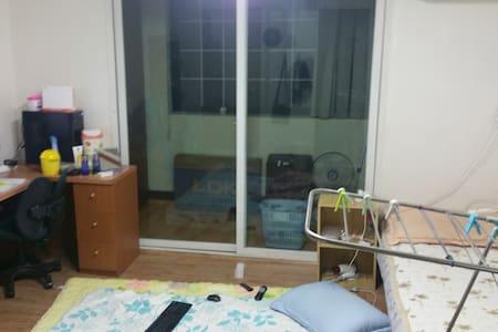혼자살기엔 넓고 둘이자면 딱 좋을만한 방 - Cheongju-si - Appartement