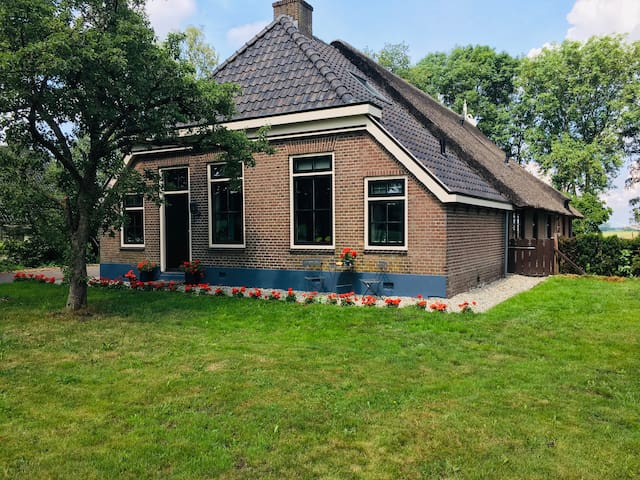 Farmhouse, authentic features, close to Giethoorn.