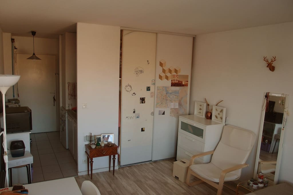 grand placard-pendrie, fauteuil, cuisine équipée et four // large cupboard, fully furnished kitchen with oven