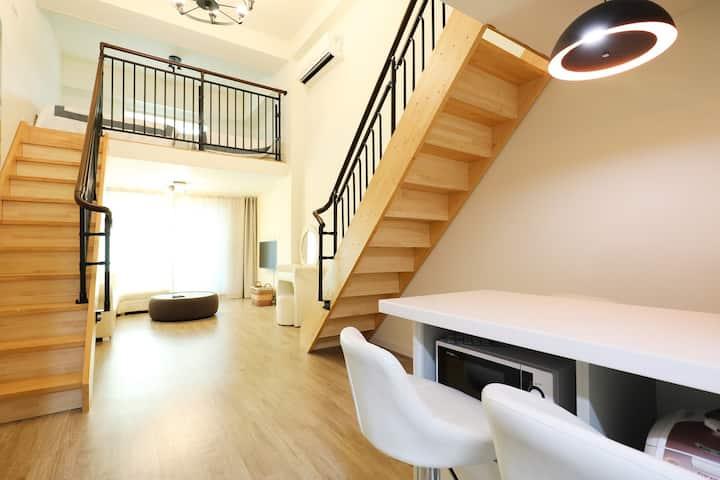 복층이 양쪽으로 나누어져 있는 이색적인 공간을 제공하는 리히트 객실