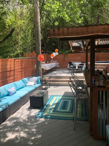 ACL party spot: Pool, bar, grill, & large deck!