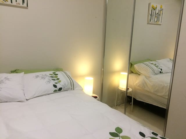 Private, comfortable queen size bed - Fortitude Valley - Daire