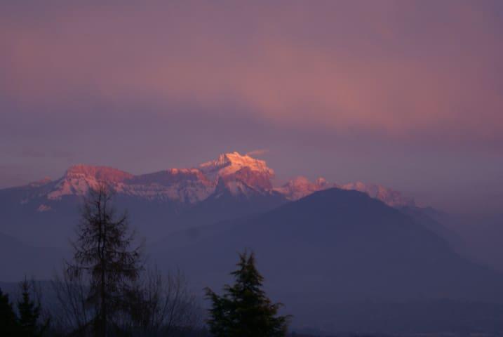 Studio calme au vert 10' Annecy vue panoramique - Cuvat - Дом