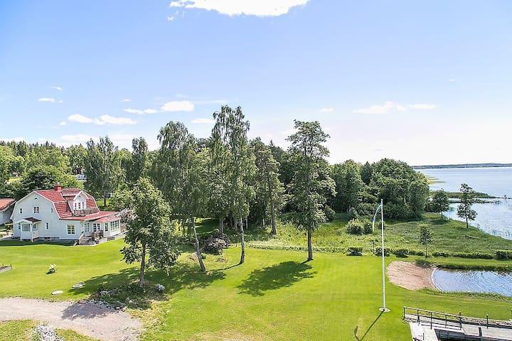 Pittoresk 30-tals villa med egen brygga och stand