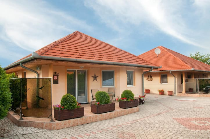 """Hochwertiges Ferienhaus """"Sonnenschein"""" für 4-6 Personen mit Pool, Klimaanlage Gartensauna, wenige hundert Meter zum Balaton"""