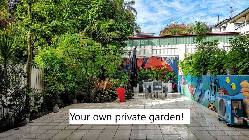 Big 2 bed 2 bath Southbank flat w private garden