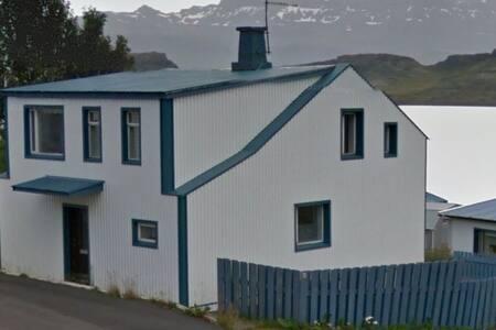 Cozy house for 8 in scenic area :) - Eskifjordur