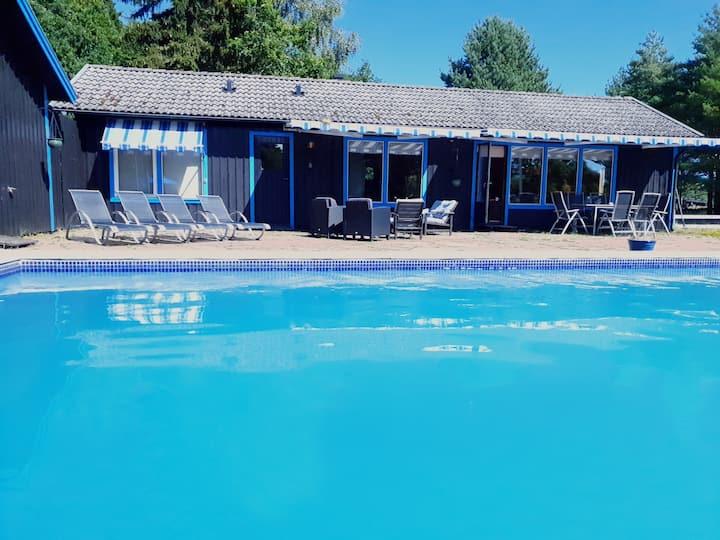 Fem stugor med egen pool och badtunna