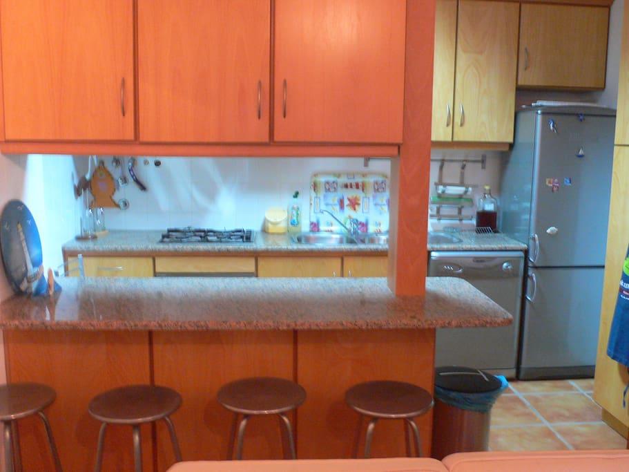 Cozinha ligada à sala de estar.