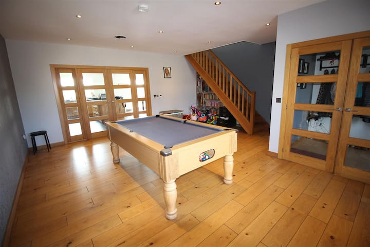 Moorbank 5 bed house, hot tub, games room,balcony