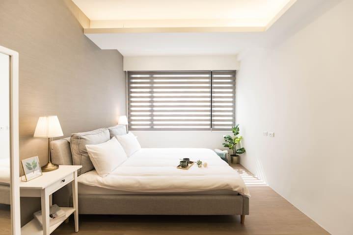 房間1 內有全身鏡&雙人床尺寸150cm x 188cm/Room1 with a  full-length mirror, and a double bed with size 150cm x 188cm