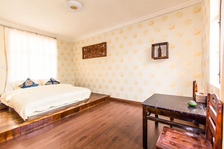 主卧一张1米8舒适双人床