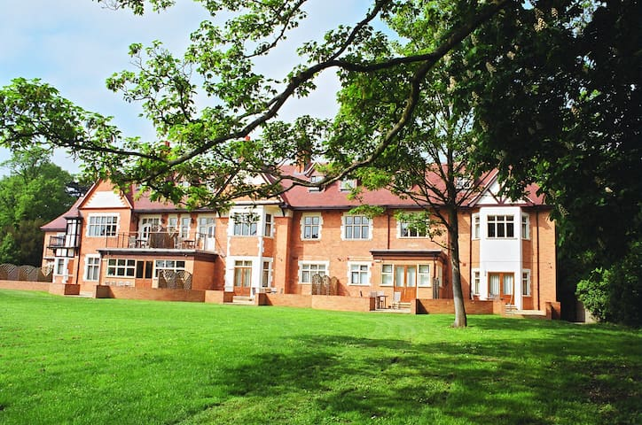2 Bed apartment, gated complex on River Thames. - Wraysbury - Apartamento
