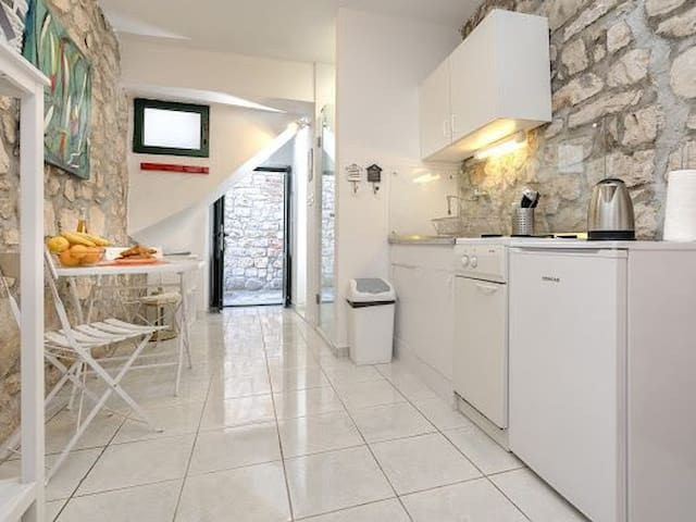 Lotti's Charming Apartment In Stari Grad (Old town