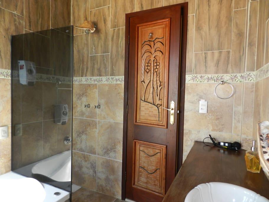 salle de bain avec hydromassage et douche