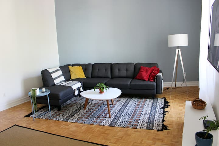 Heart of Montreal-2 bed, 1.5 bath - Free Parking