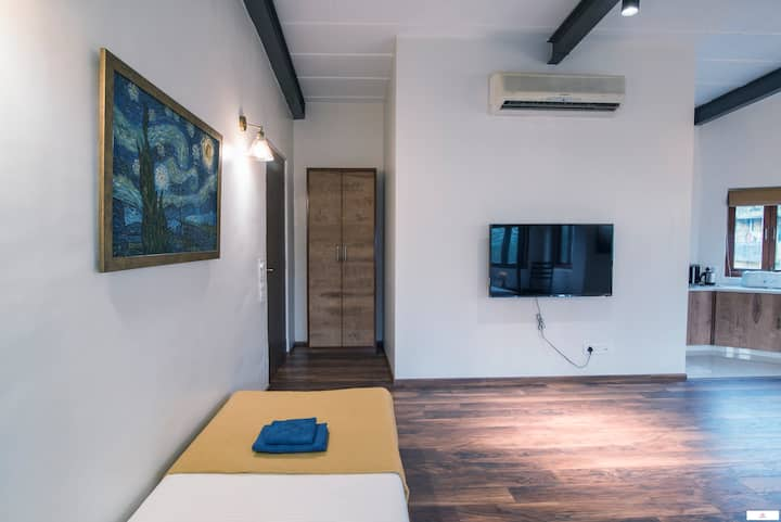 Sanitized - Spacious Master Suite for 4 in Colaba!