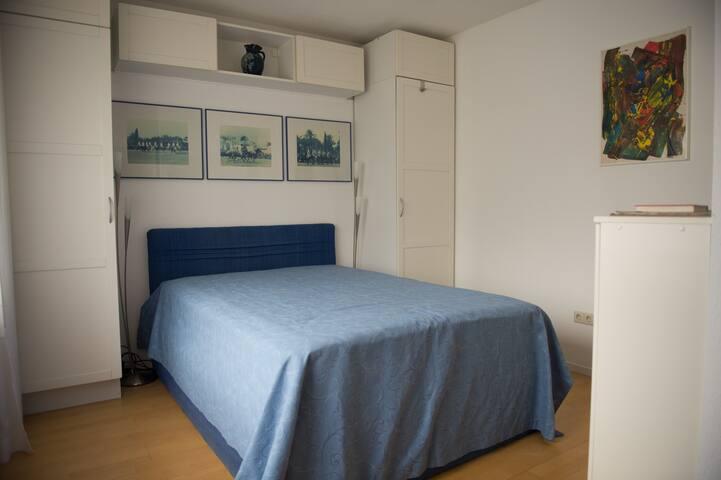Helles Messezimmer mit Doppelbett