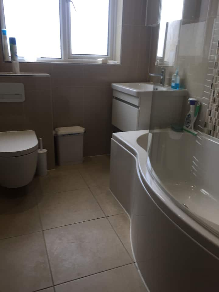London-Morden, double & single rooms- comfy house