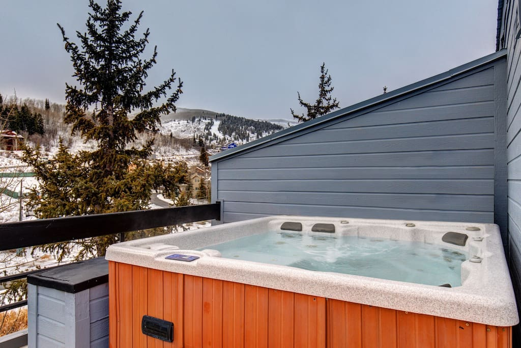 Top Level Deck Private Hot Tub with Amazing Mountain Views!