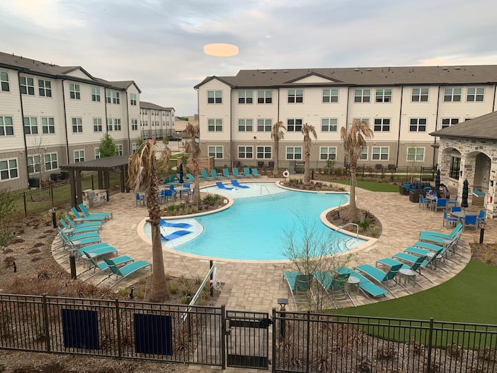 Brand New Beautiful Cozy place with pool views !
