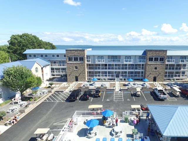 New - 4 BR Putinbay Waterfront Condo, All the Comforts of Home - 10 ppl max - Put-in-Bay Waterfront Condo #211