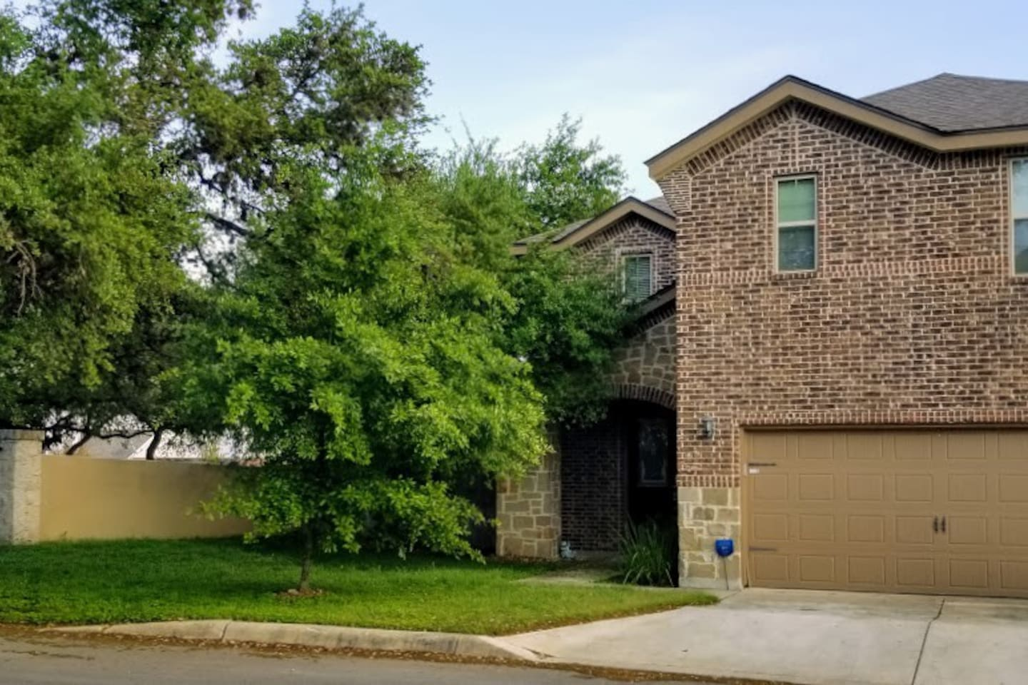 3 bedrooms with 2.5 bathrooms. Park in the driveway. Gated community.