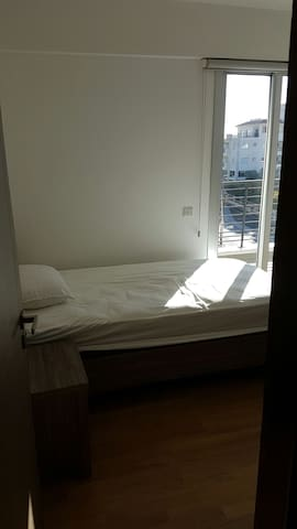 Sunny bedroom in luxury 3 bed flat - Agios Dometios