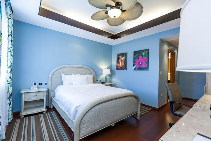 Surfrider Resort Hotel / Standard Queen Bed
