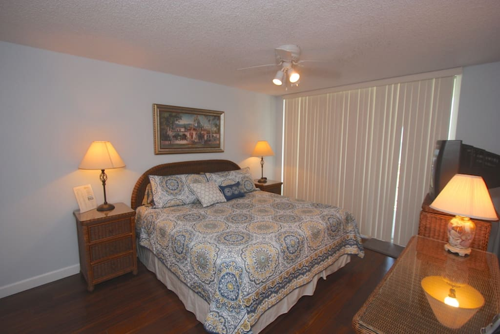 Master Suite with King Bed/CableTV/Private Master Bathroom/Access to Patio with Gulfront view