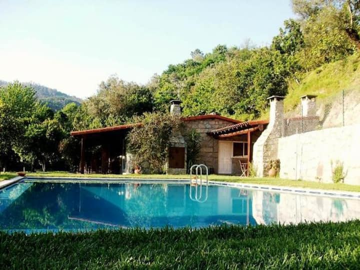 Villa with 2 bedrooms in Caniçada, with wonderful lake view, private pool, enclosed garden - 91 km from the beach