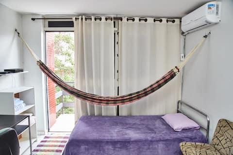 Quarto, cama box casal, cama box solteirão, rede de descanso, ar condicionado, armários, e porta da varanda