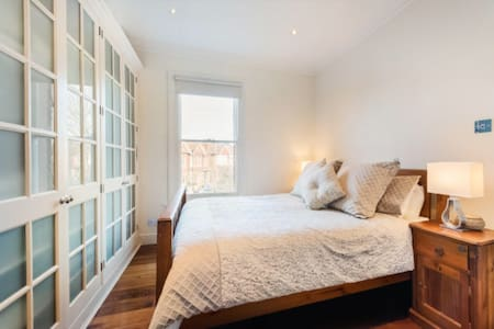 Large King size bed with Ensuite in West London
