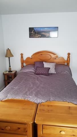 Geology Ptheme: Queen Bed in a Cozy 2 Bed Apt