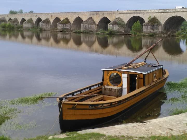 La passe-muraille, centre-ville , en bord de Loire
