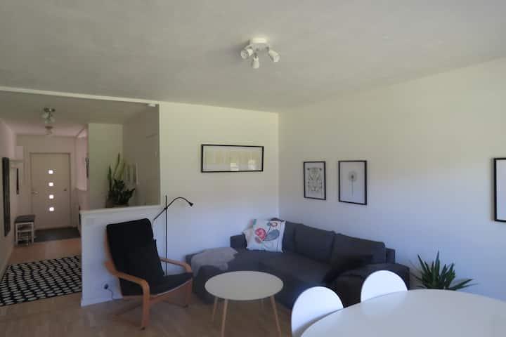 Fräsch lägenhet med uteplats i markplan