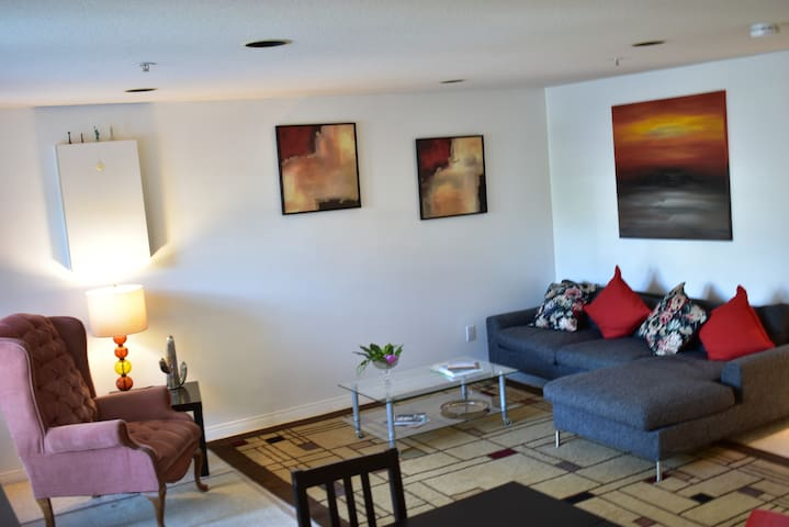 20 min to downtown! near Skytrain, best price
