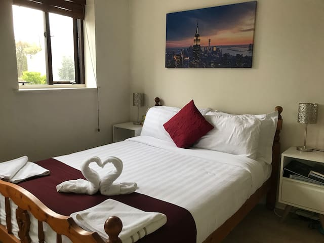 Spacious Double ensuite Room  with free parking