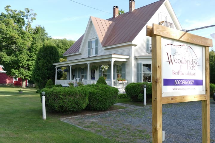 Centrally Located Victorian Farmhouse - Woodstock - House