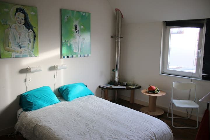 Privat cosy room at centralrailway station Alkmaar - Alkmaar - Casa
