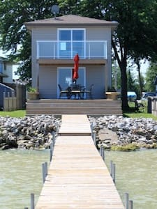 Beautiful Lakefront Home - Lakeshore - Hytte