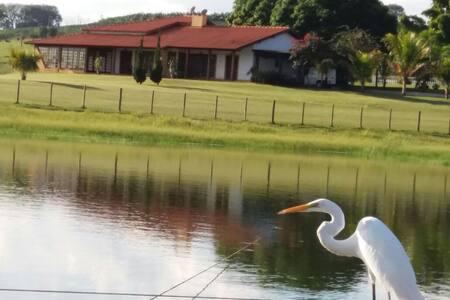 Chácara Recanto das Garças (em frente à represa)
