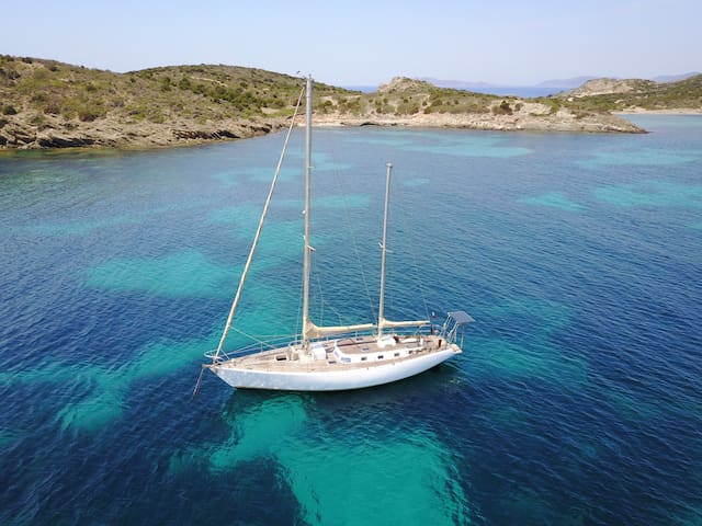 Rent a cabin aboard a 15 meters sailing yacht