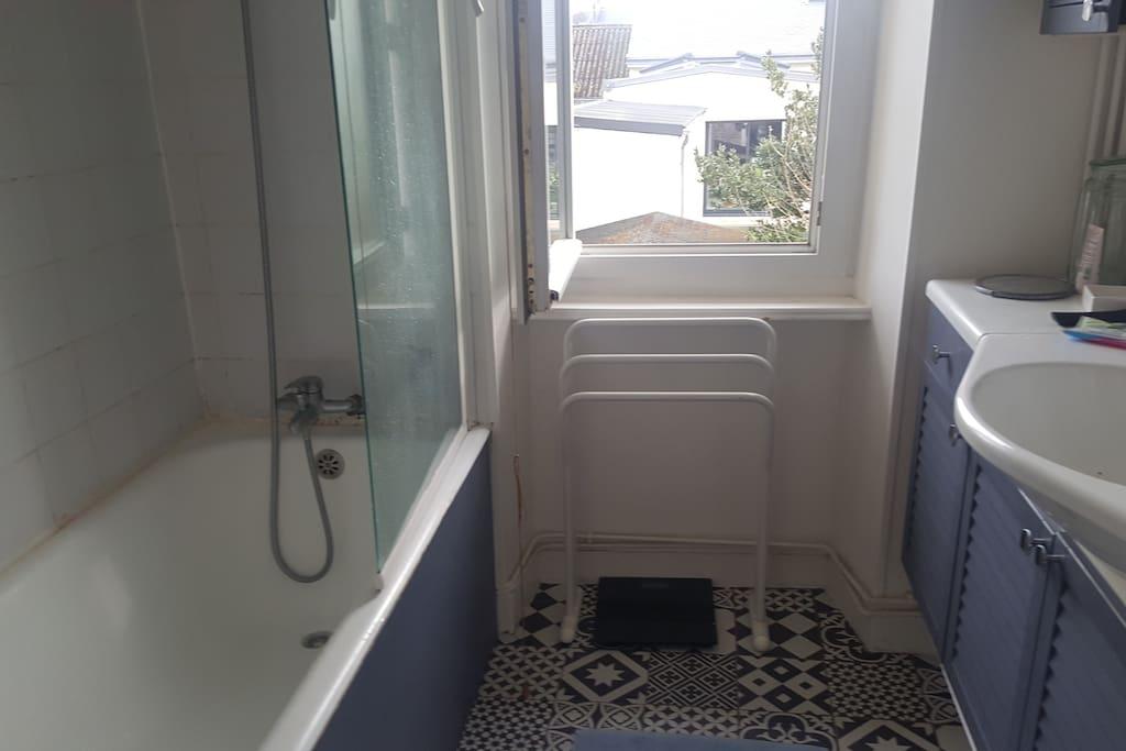 salle de bain à disposition