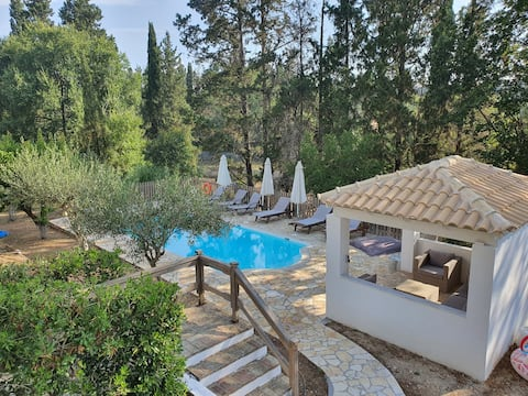Beautiful villa with pool, great value & location