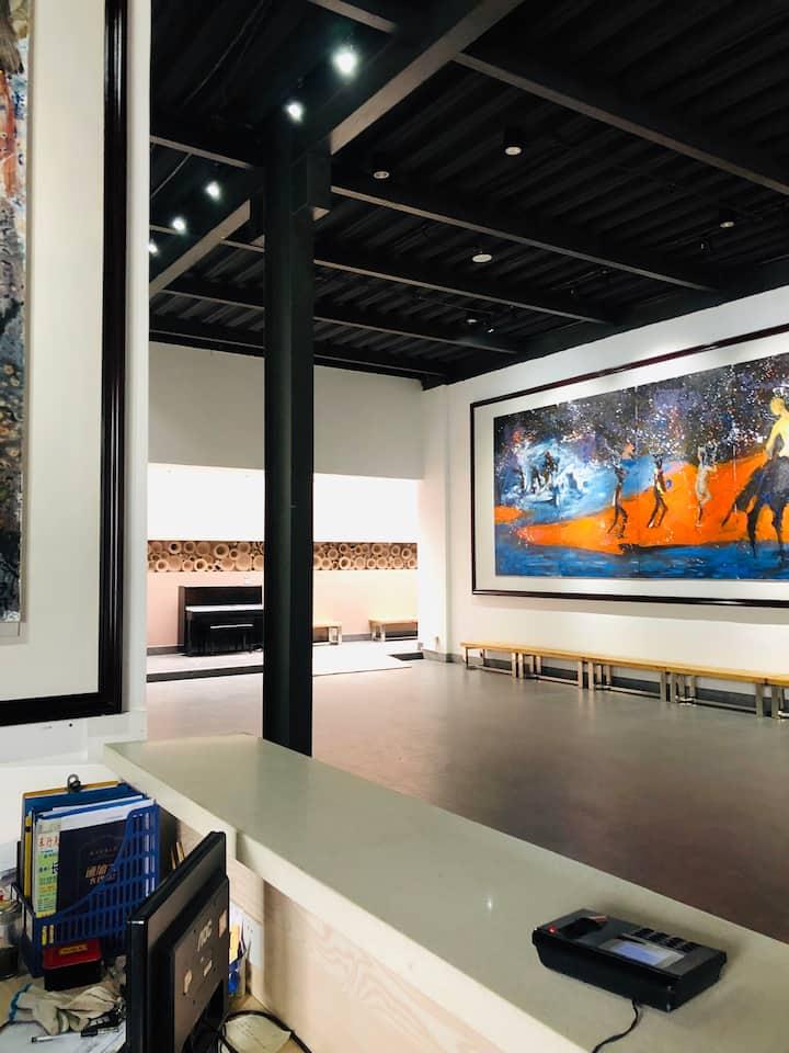 火车站街区艺术生活广场,城市安静的家,有便宜公交和免费停车场,可参观画廊和做陶艺。