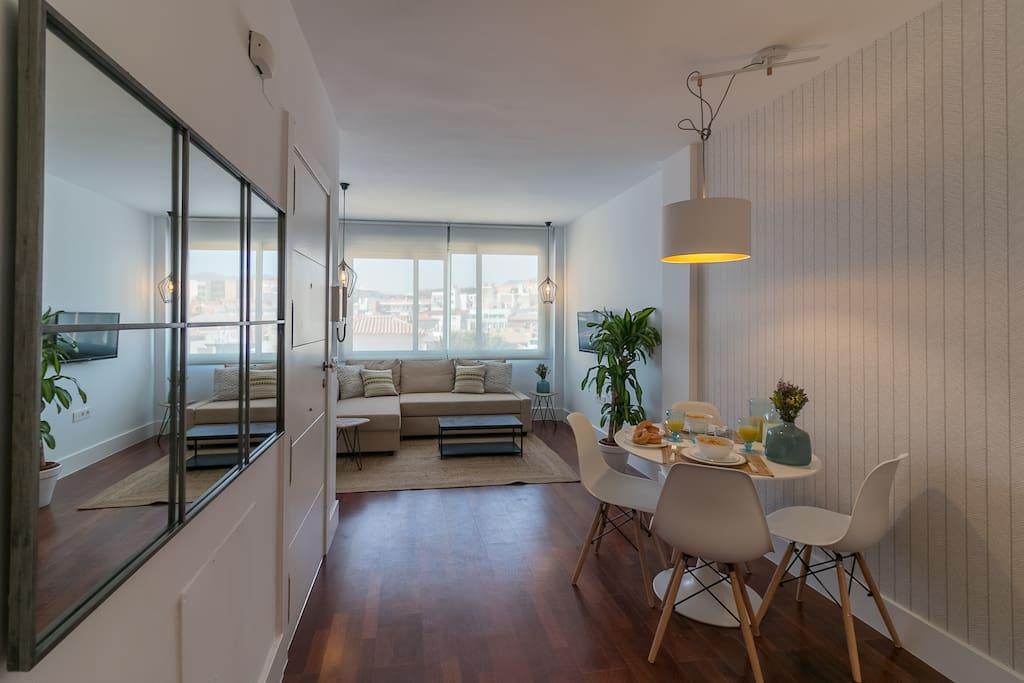 Vista del apartamento desde la puerta del baño.