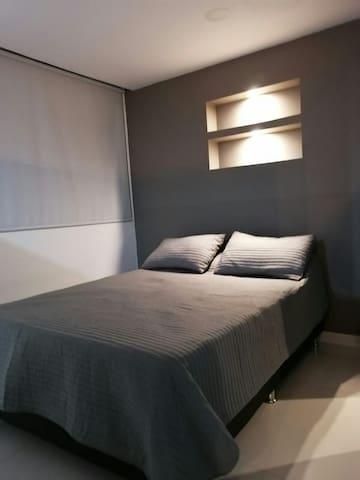 """Habitación cómoda con closet y tv de 50"""""""